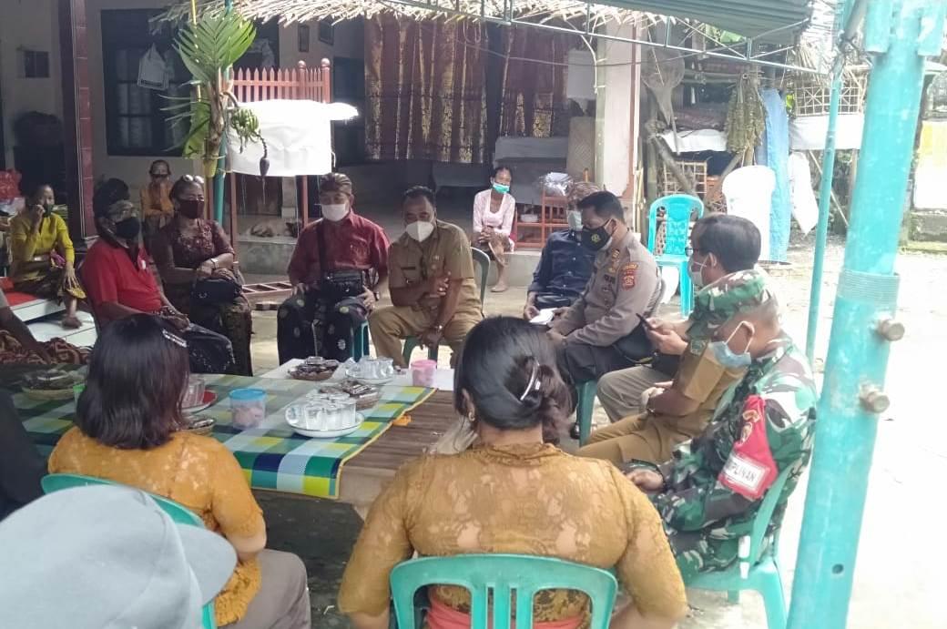 MUSPIKA Selbar melakukan langkah intervensi real atas rencana sejumlah warga yang merencanakan upacara ngeben, di rumah seorang warga di Banjar Petiles, Desa Antosari, Kecamatan Selbar, Senin (18/1/2021). Foto: ist