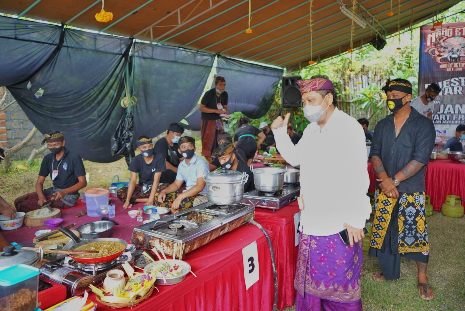 WALI Kota Rai Mantra meninjau pelaksanaan lomba lawar yang digelar di Warung Nang Etonk, Denpasar, Rabu (6/1/2021). Foto: ist