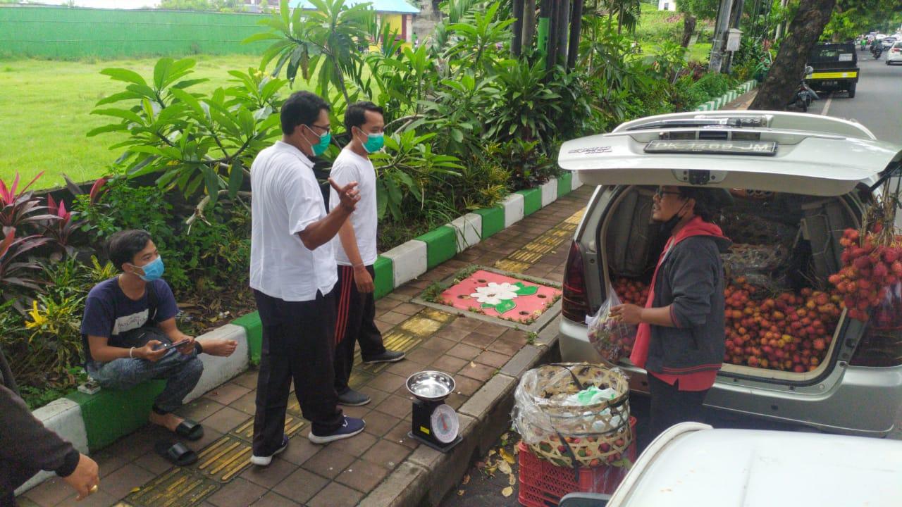 OPERASI prokes pencegahan Covid-19 di wilayah Sesetan, Kota Denpasar juga menyasar pelaku usaha. Foto: ist