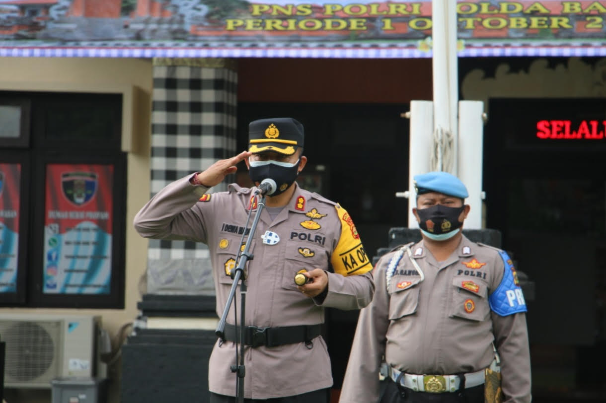 KAPOLRES Gianyar, AKBP I Dewa Made Adnyana, bertindak selaku pimpinan upacara Korps Raport Kenaikan Pangkat Perwira, Bintara, dan PNS Polri Polres Gianyar. Foto: adi