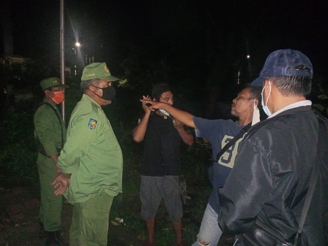 APARAT Desa Pemecutan Kelod saat mengamankan dua orang yang kedapatan minum miras pada Kamis (4/2/2021) malam. Foto: ist
