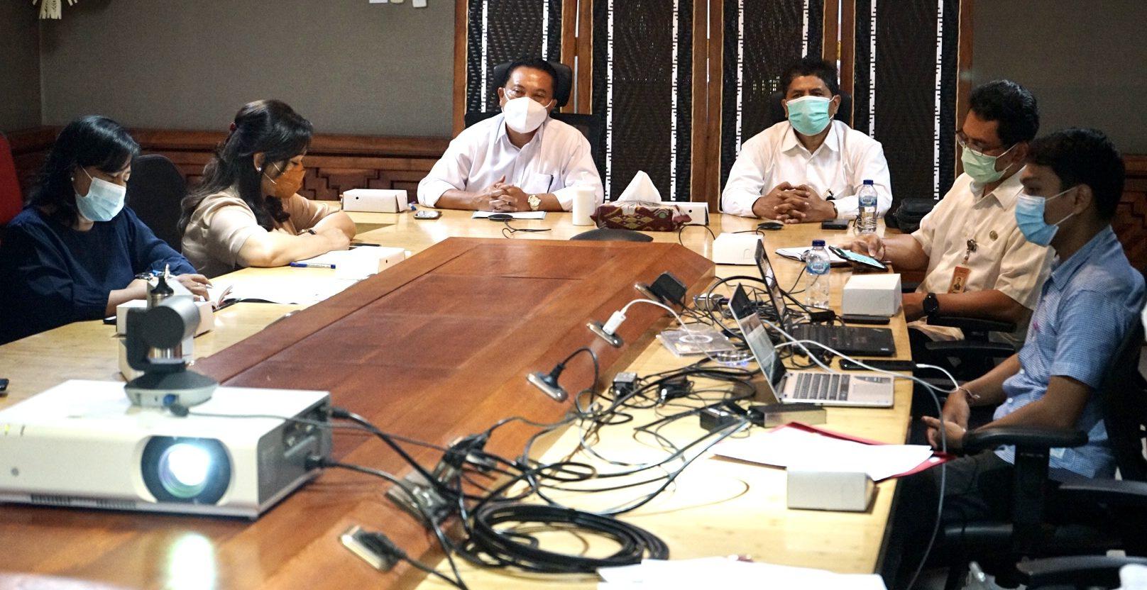 Pj. Sekda Kota Denpasar, I Made Toya, memimpin rapat bersama Satgas Penanganan Covid-19 Pemkot Denpasar, Senin (8/2/2021) di Gedung Sewaka Dharma. Foto: ist