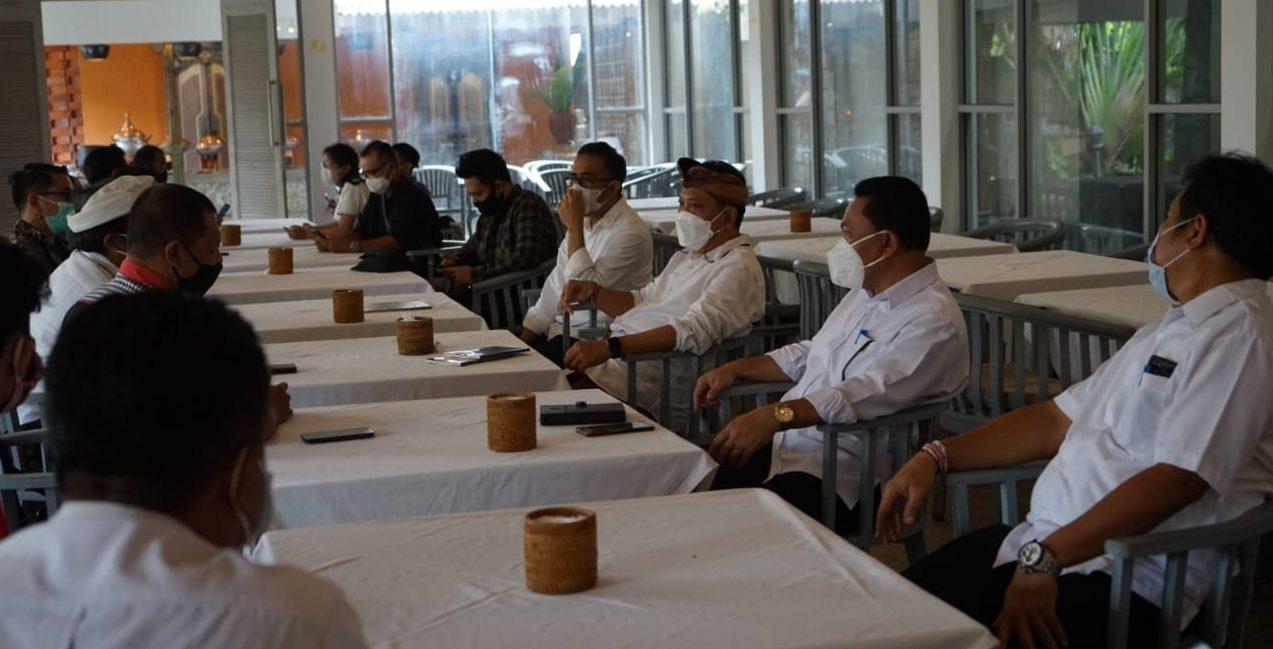 WALI KOTA Denpasar, IB Rai Dharmawijaya Mantra, bersama Wakil Wali Kota Denpasar, IGN Jaya Negara, gelar temu ramah tamah sekaligus pamitan dengan para wartawan di Denpasar, Senin (15/2/2021). Foto: rap