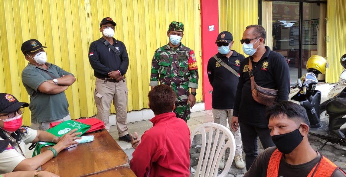 PENDATAAN pelanggar prokes yang terjaring dalam sidak yustisi di Sesetan, Denpasar, Kamis (18/2/2021). Foto: ist