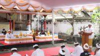 Plh. Bupati Badung, Adi Arnawa, saat memberikan sabutan dalam acara pengukuhan Bendesa Adat Tanjung Benoa periode 2021-2024. Foto: ist