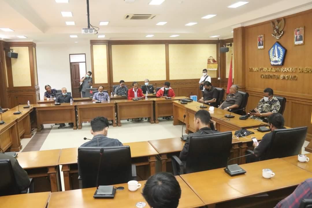 PETANI dan GMNI menyampaikan aspirasi dan diterima Ketua DPRD Badung, Putu Parwata, Senin (22/2/2021). Foto: ist