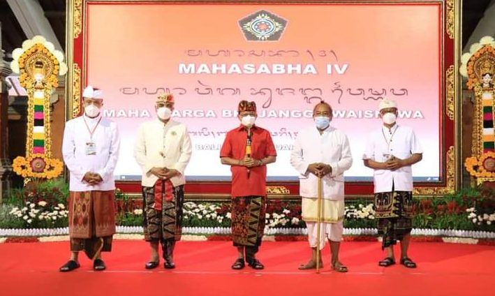 GUBERNUR Bali, Wayan Koster, saat membuka Mahasabha IV Maha Warga Bhujangga Waisnawa (MWBW) di Gedung Nari Graha, Renon, Denpasar, Minggu (14/2/2021). Foto: ist