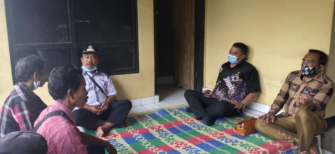 KETUA DPRD Karangasem, I Wayan Suastika, yang khusus datang ke rumah keluarga kedua pemancing asal Dusun Duda, Senin (15/2/2021). Foto: ist