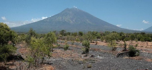 WARGA yang tinggal di lereng sebelah timur Gunung Agung, Karangasem, Kamis (4/2/2021) dikagetkan suara gemuruh yang diduga dari kawah Gunung Agung. Ilustrasi. Foto: net
