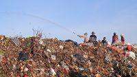 PENYIRAMAN eco enzyme pada tumpukan sampah di kawasan Tempat Pembuangan Akhir (TPA) Suwung Denpasar pada Minggu (21/2/2021) sore. Bali ditarget jadi Pulau Eco Enzyme pertama di dunia