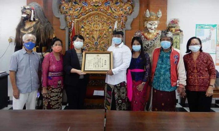 KONJEN Jepang di Denpasar Ms. Katsumata Harumi menyerahkan piagam penghargaan kepada penanggungjawab sekaligus Kepala Mataken Gakko, I Gusti Agung Gede Nirartha. Foto: ist