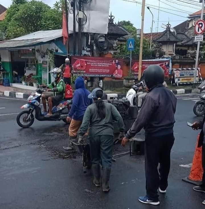 RESPON cepat instansi terkait menangani jalan rusak di simpang Jalan WR Supratman - JalanRatna - Jalan Plawa, Denpasar.
