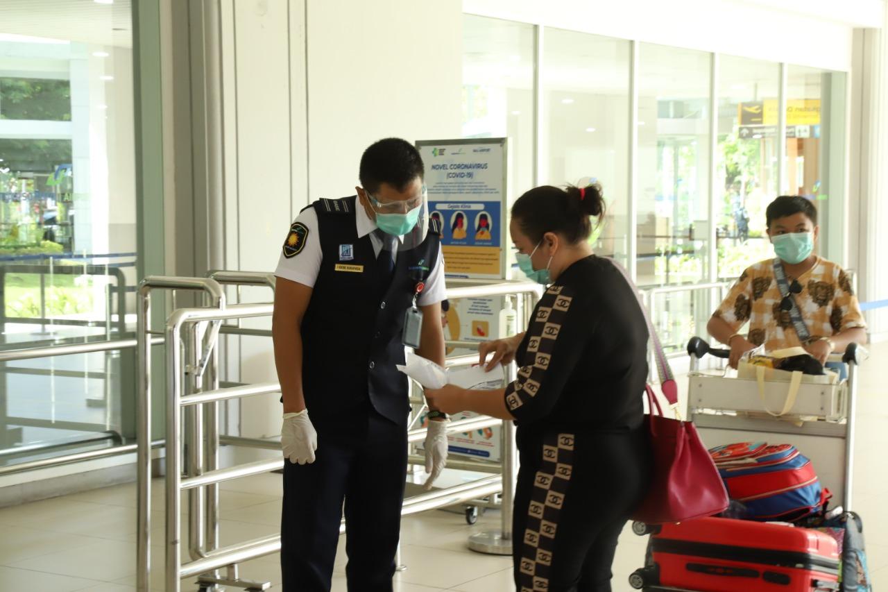 PENUMPANG di Bandara Ngurah Rai saat berkoordinasi dengan petugas Avsec Bandara Ngurah Rai. Foto: ist