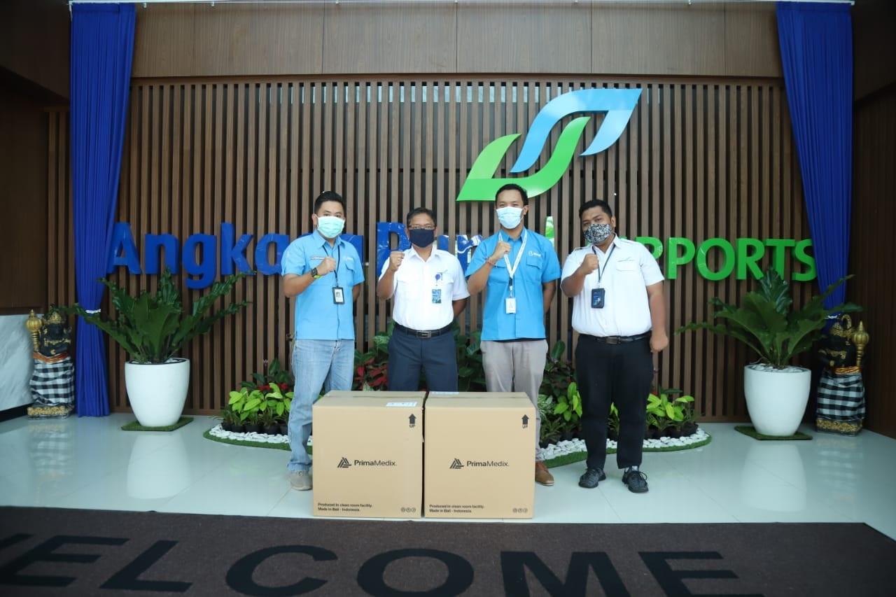 PENYERAHAN bantuan masker dari PT Supra Primatama Nusantara (Biznet) kepada PT Angkasa Pura I (Persero) Internasional Bandara I Gusti Ngurah Rai, Senin (1/2/2021). Foto: ist