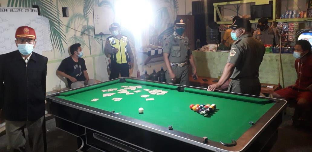 PETUGAS gabungan sidak satu tempat permainan biliar di Banjar Pagutan Kelod, Desa Batubulan, Sukawati Gianyar, Selasa (2/2/2021) malam. Foto: ist