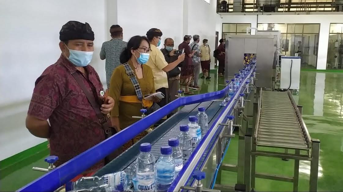 UJI COBA Blowing Botol Kemasan AMDK Tirta Sanjiwani. Foto: adi