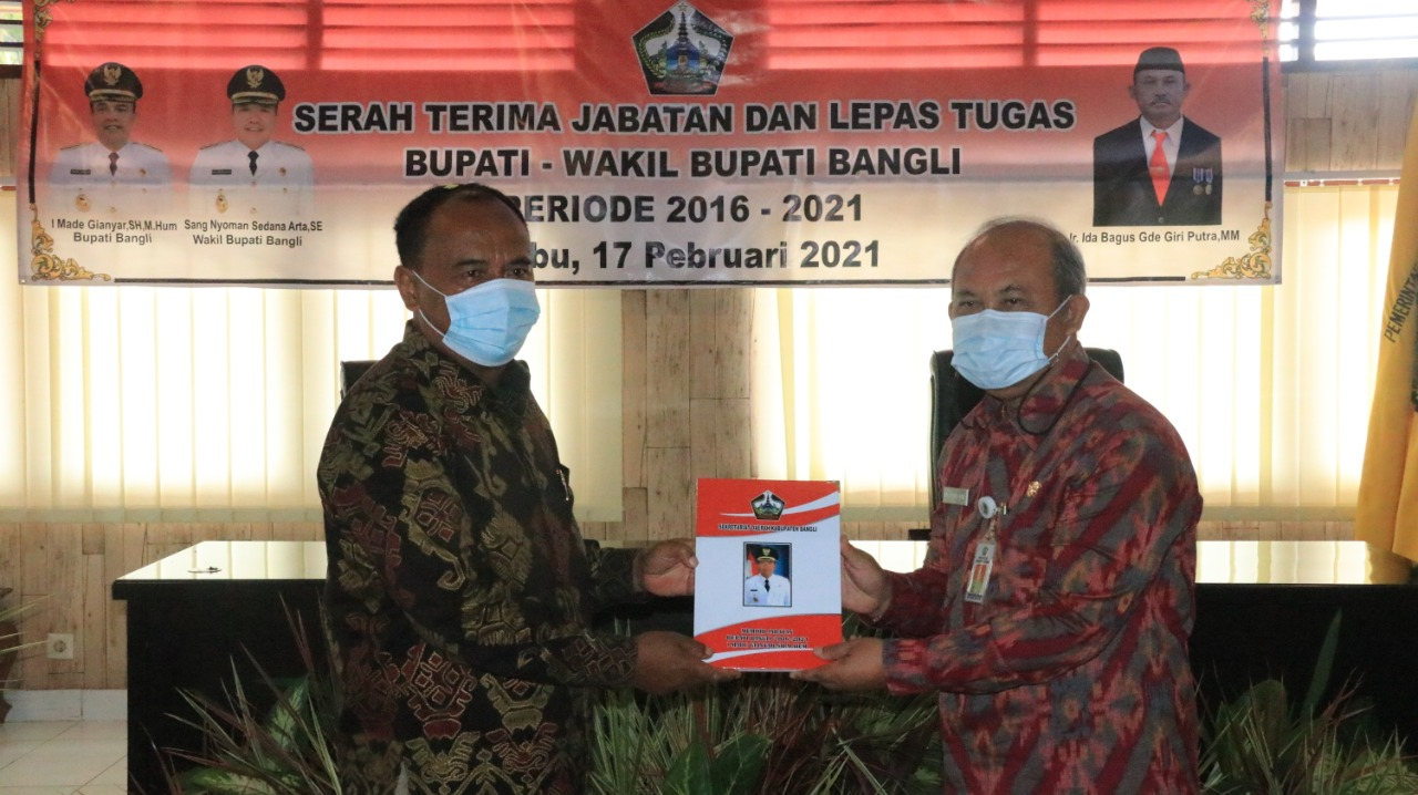 SERAH-TERIMA jabatan dari Bupati I Made Gianyar kepada Sekda Bangli, Ida Bagus Gede Giri Putra, selaku Plh Bupati, Rabu (17/2/2021). Foto: ist