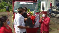 BUPATI Gianyar, Made Mahayastra, menyerahkan 1 unit truk sampah kepada Perbekel Desa Bakbakan. Foto: adi