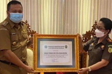 BUPATI Gianyar menyerahkan penghargaan kepada Kajari Gianyar. Foto: adi