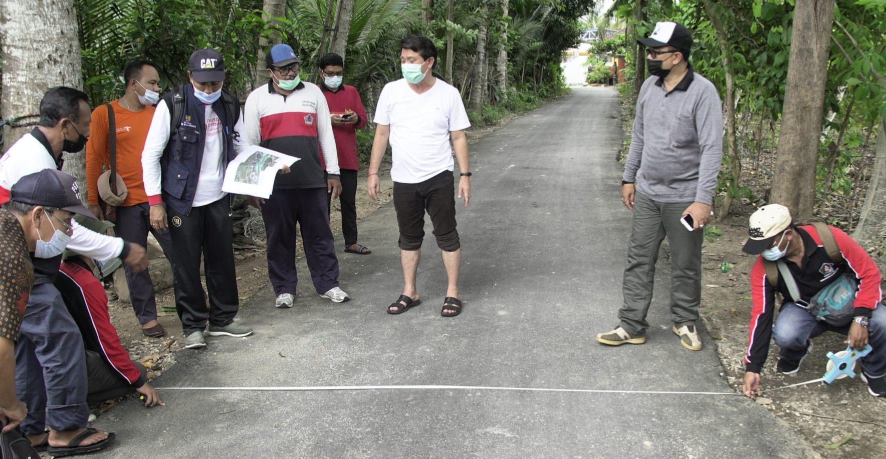 BUPATI Suwirta bersama Kepala Dinas PUPRPKP, Made Jati Laksana, melakukan pengukuran jalan lingkar Nusa Ceningan, Kecamatan Nusa Penida, Jumat (26/2/2021). Foto: ist