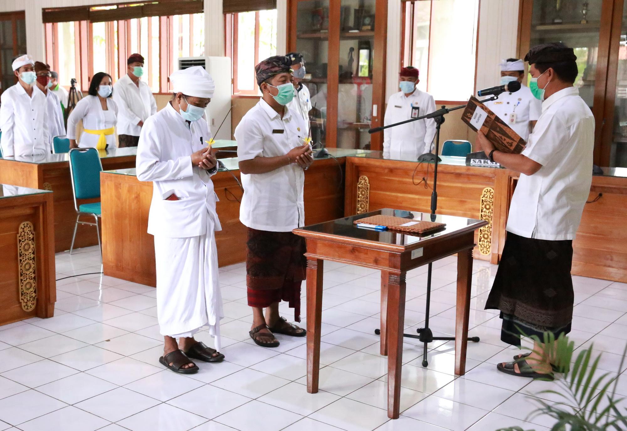 BUPATI Suwirta mengukuhkan dr. Ketut Agus Biomantara sebagai Kelapa UPTD Puskesmas Banjarangkan II di ruang rapat Praja Mandala Kantor Bupati Klungkung, Rabu (10/2/2021). Foto: ist