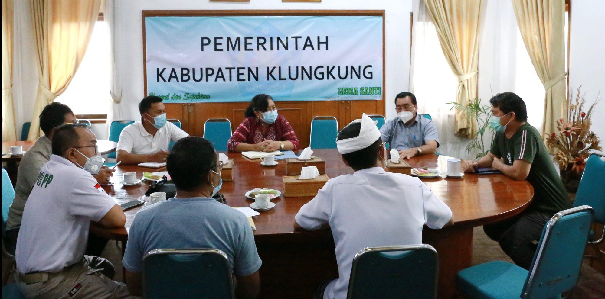 BUPATI Suwirta memimpin rapat bersama kepala OPD Pemkab Klungkung di ruang rapat Bupati Klungkung, Sabtu (20/2/2021) terkait karantina pasien Corona di hotel. Foto: ist