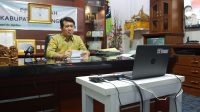 BUPATI Suwirta membuka Musrenbangcam Dawan secara virtual dari ruang kerjanya, Senin (22/2/2021). Foto: ist