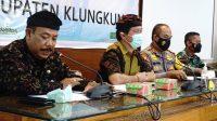 BUPATI Suwirta menggelar rapat antisipasi kerawanan daerah menjelang hari raya Nyepi, Kamis (25/2/2021). Foto: ist