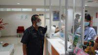 COKORDA Gede Agung saat skrining kesehatan sebelum divaksin. Foto: ist