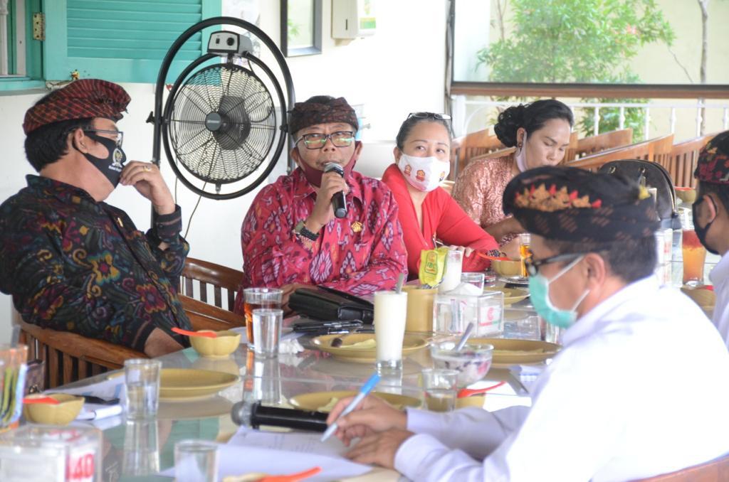 COKORDA Gede Agung (pegang mik) dalam suatu kegiatan Komisi 2 DPRD Bali. Dia mendorong Bali menyiapkan infrastruktur sarana dan regulasi untuk menyongsong pasar wisata internasional di tengah kondisi pandemi. Foto: hen