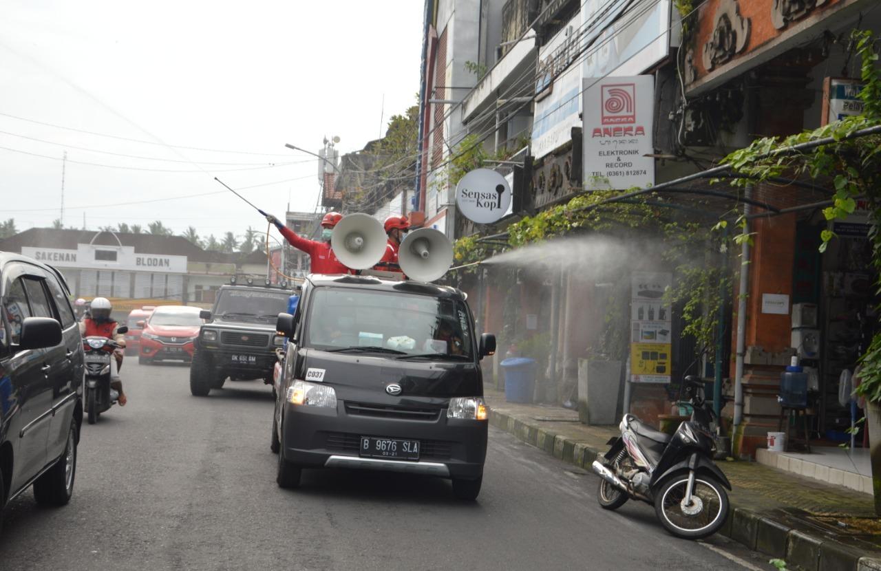KEGIATAN desinfeksi dalam rangka antisipasi penyebaran Covid-19 di Tabanan, Jumat (5/2/2021). Foto: ist
