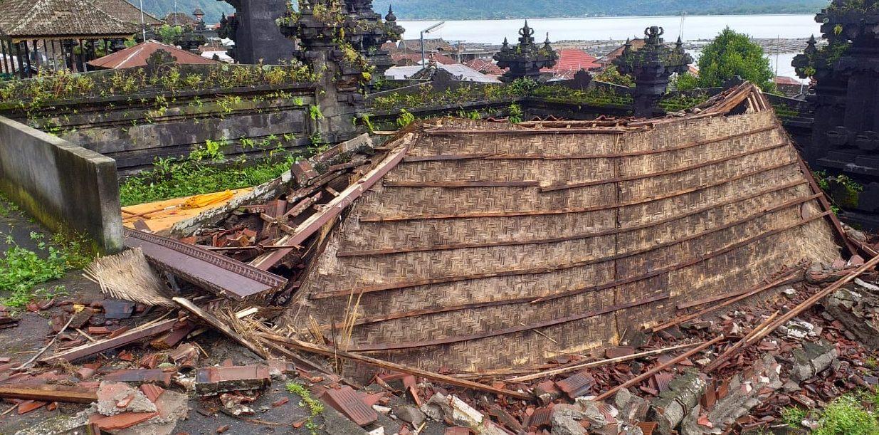 DUA bale pesandekan di Pura Pancerin Jagat, Desa Terunyan, Kintamani, roboh dan rata dengan tanah akibat angin kencang. Foto: ist