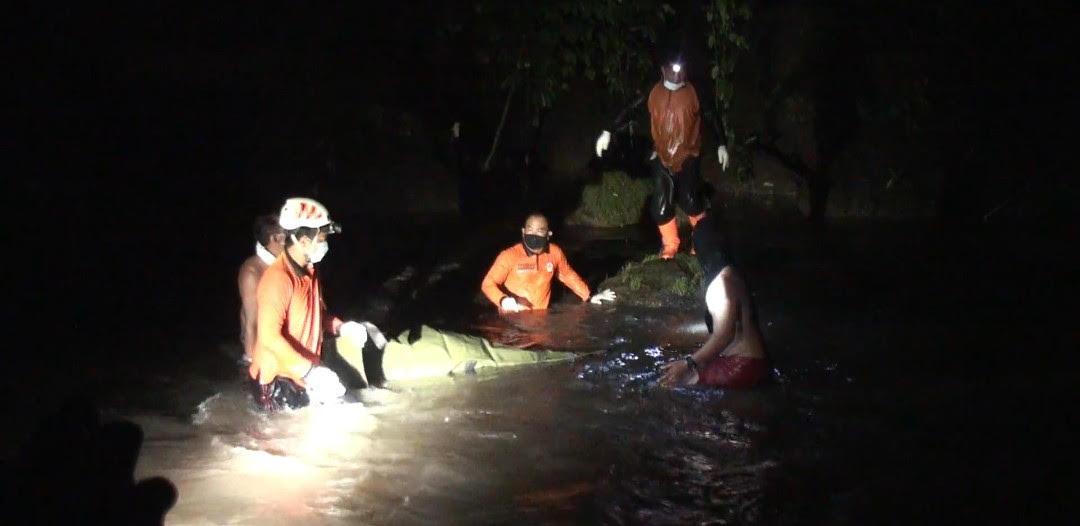 PROSES evakuasi penemuan mayat di area Sungai Sangsang, Banjar Lebih Duur Kaja, Desa Lebih, Gianyar. Foto: adi