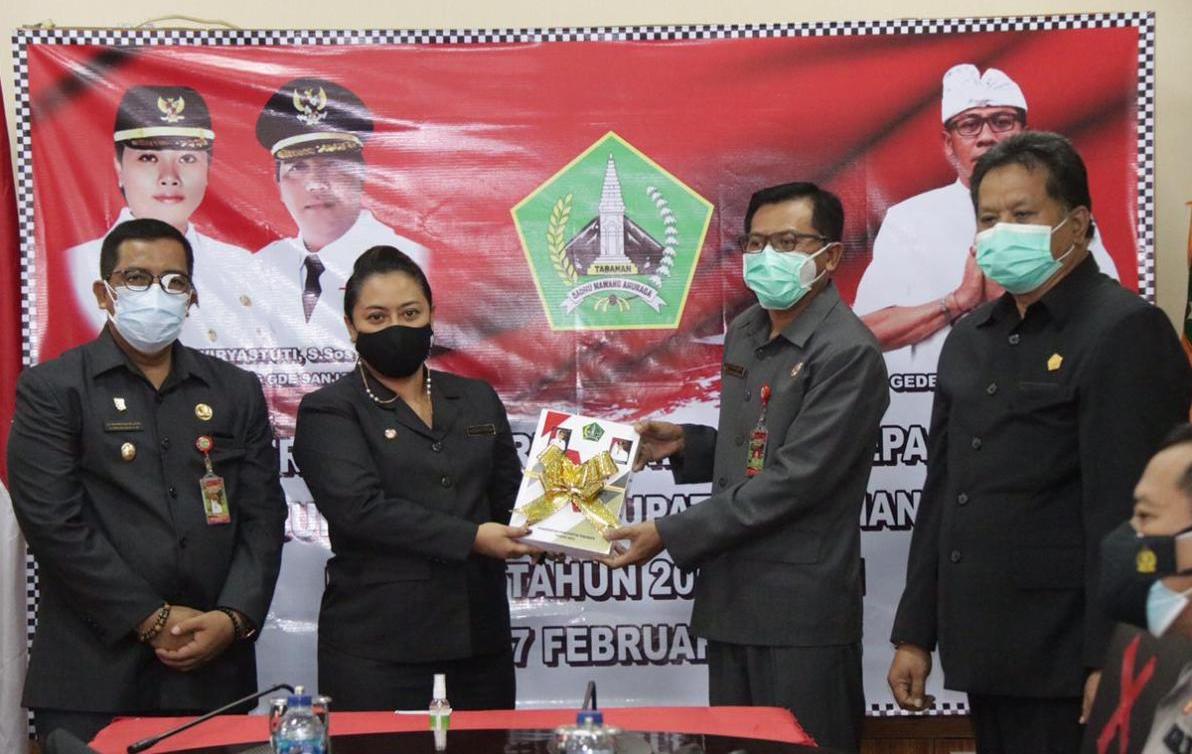 PADA akhir masa jabatannya sebagai Bupati Tabanan, Ni Putu Eka Wiryastuti, menyerahkan amanah jabatan kepada Sekda I Gede Susila sebagai Plh. Bupati Tabanan, Rabu (17/2/2021). Foto: ist