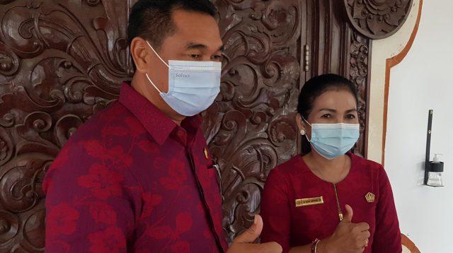 KETUA Fraksi PDIP DPRD Gianyar, I Ketut Sudarsana; didampingi Sekretaris Fraksi, Ni Made Ratnadi. Foto: adi