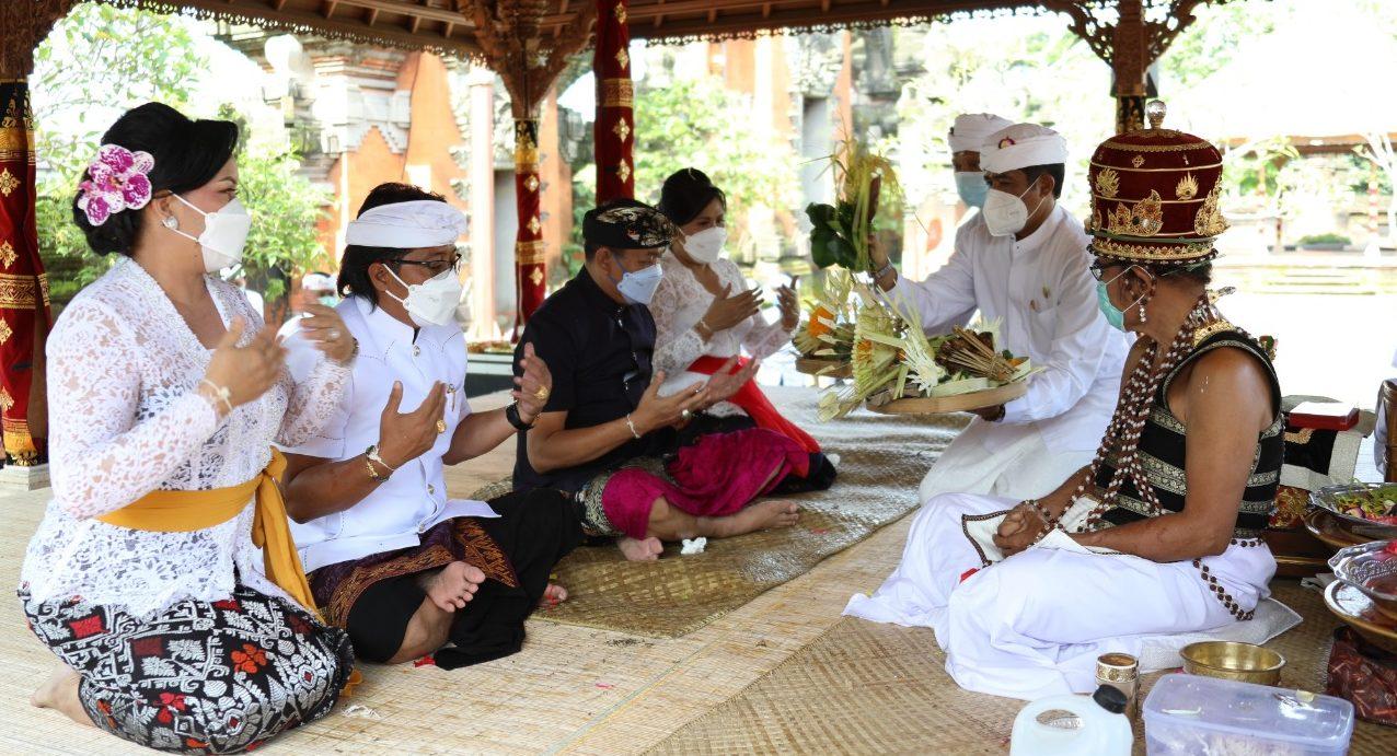 I Nyoman Giri Prasta dan I Ketut Suiasa beserta istri masing-masing saat mengikuti prosesi upacara mejaya-jaya di Pura Lingga Bhuana Puspem Badung, Rabu (17/2/2021). Foto: ist