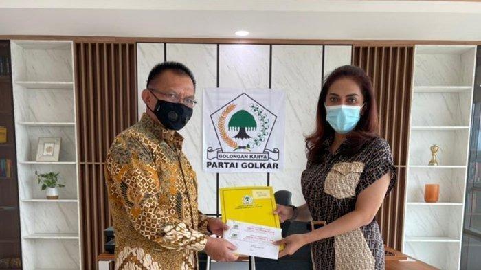 SEKRETARIS Jenderal DPP Partai Golkar Lodewick F. Paulus menyerahkan SK penunjukan Gde Sumarjaya Linggih sebagai Plt Ketua Partai Golkar NTB. Foto: rul