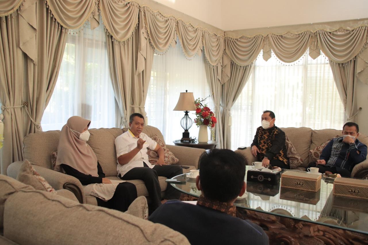 GUBERNUR NTB, Zulkieflimansyah; didampingi istri Niken Saptarini saat menerima kunjungan Kepala Bank Indonesia perwakilan NTB di Pendopo Gubernur, Selasa (16/2/2021). Foto: ist