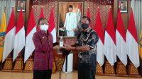 GUBERNUR Koster saat menerima arak Bali fermentasi salak dari Pengusaha Sagi Minuman Spirit, IB Giri asal Karangasem. Foto: ist