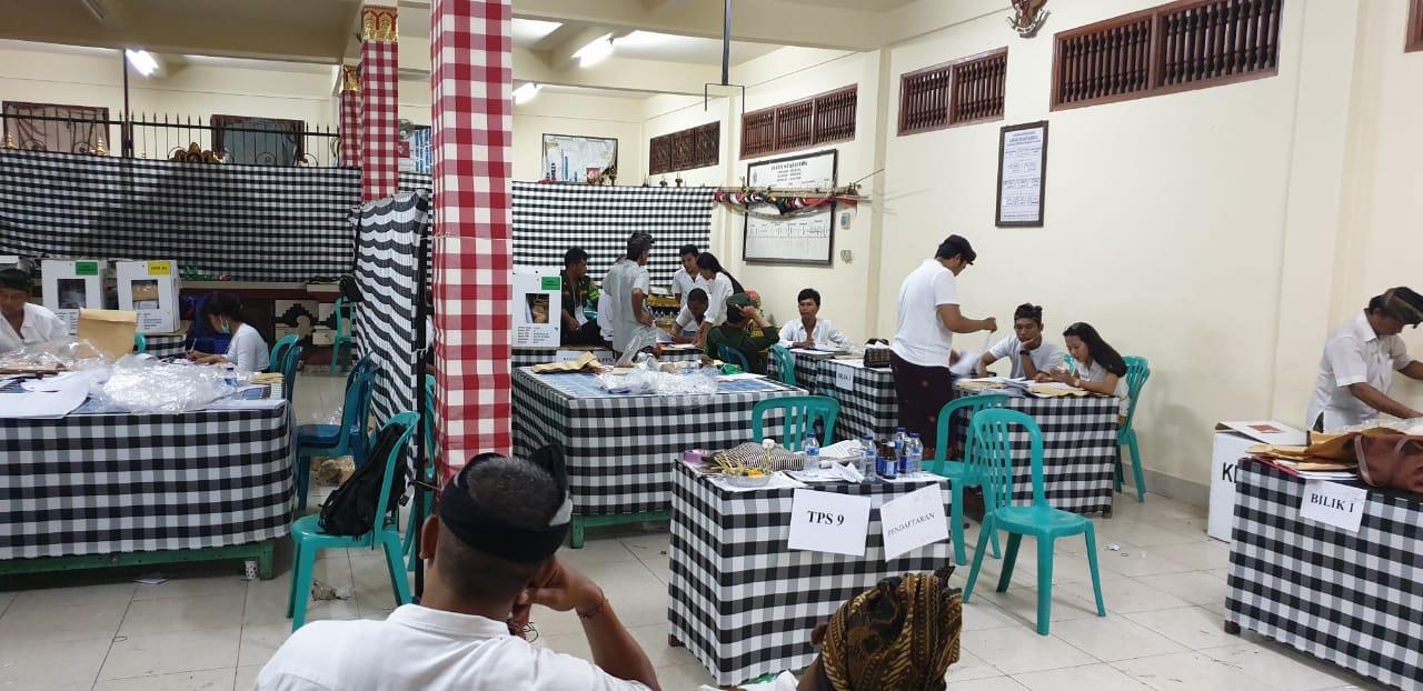 SUASANA penghitungan suara Pemilu 2019 pada malam hari di salah satu TPS di Kerobokan, Kuta Utara, Badung. Rekapitulasi yang melelahkan itu baru selesai pada pukul 03.00 keesokan harinya. Foto: hen