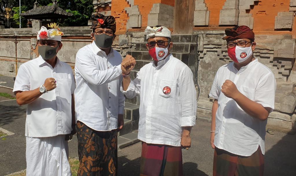 IGN Jaya Negara (dua kanan) dalam satu kegiatan bersama paslon Amerta di Pura Jagatnata Denpasar menjelang Pilkada Denpasar 2020. Dia mengaku tidak masalah jika kemudian pelantikannya diundur sampai Maret 2021 karena adanya SE Mendagri. Foto: hen