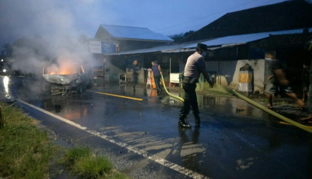 PENANGANAN Kejadian lakalantas beruntun di jalur Desa Temukus, Buleleng, yang mengakibatkan satu mobil terbakar. Foto: ist