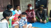 JAJARAN Dinsos Buleleng saat menyambangi kediaman bayi yang lahir dengan dua alat kelamin, di Desa Sepang, Buleleng. Foto: rik