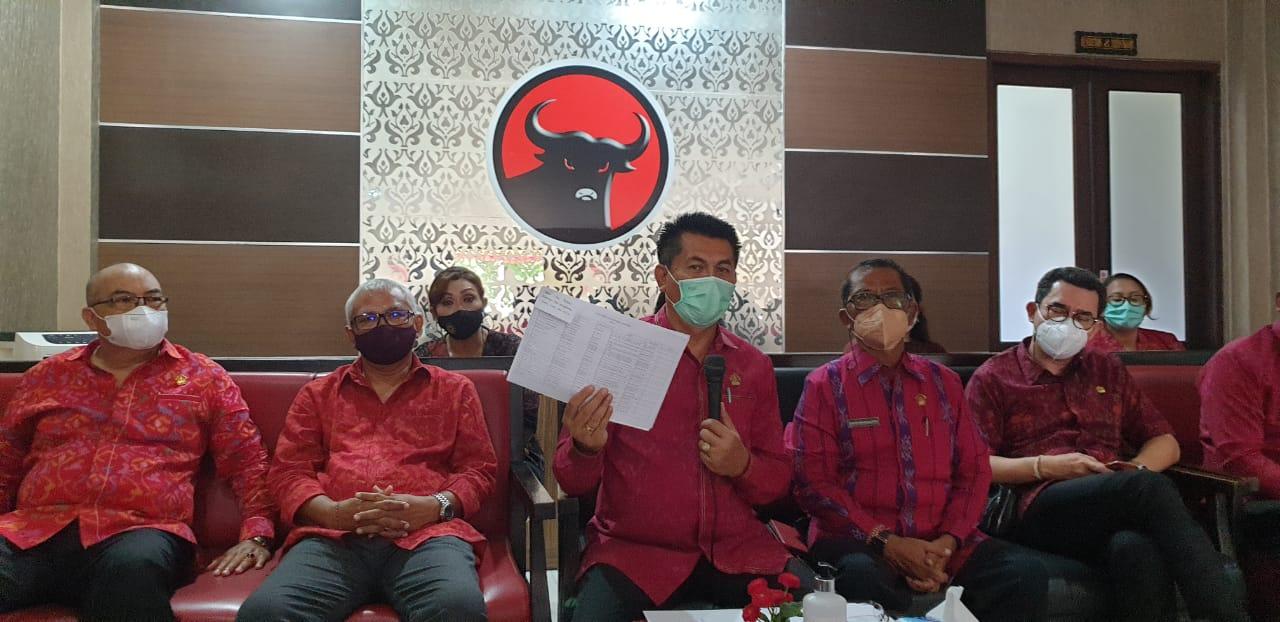 DEWA Made Mahayadnya menunjukkan data para perajin kain endek yang tersebar di Bali, saat jumpa media terkait SE Gubernur Bali soal endek Bali di DPD PDIP Bali, Senin (15/2/2021). SE itu dinilai bentuk kemanusiaan melindungi para perajin endek di tengah himpitan pandemi Covid-19. Foto: hen