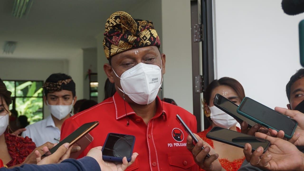 ANGGOTA DPR RI, Ketut Kariyasa Adnyana, usai meresmikan BLK Komunitas di Desa Pangkung Paruk, Buleleng. Foto: rik