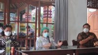 "KEPALA BPJS Cabang Klungkung, Endang Triana Simanjuntak, saat menjelaskan kanal layanan tanpa tatap muka ""Pandawa"". Foto: nad"
