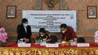 KEPALA Kejaksaan Negeri Gianyar, Ni Wayan Sinaryati, menandatangani nota kesepakatan dengan Direktur Utama Perumda AMTS, Made Sastra Kencana. Foto: adi