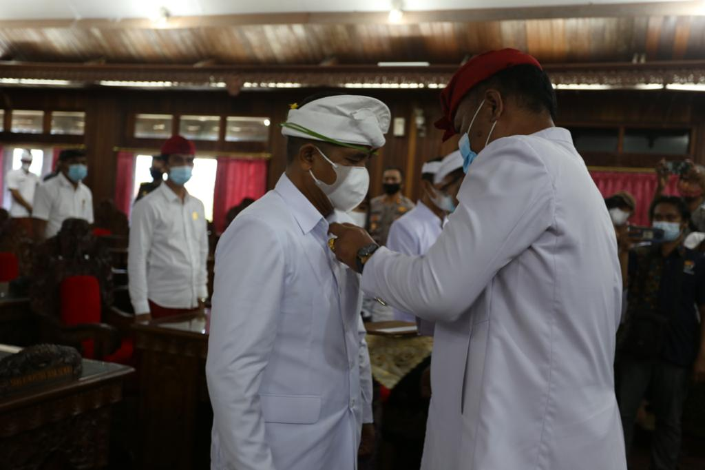KETUA DPRD Klungkung, Anak Agung Gde Anom, melantik I Made Wibawa sebagai pengganti antarwaktu, Rabu (17/2/2021) di DPRD Klungkung. Foto: ist