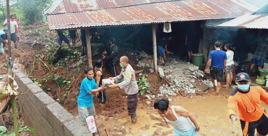 KONDISI tembok rumah Banjar Dinas Dajan Pangkung, Desa Galungan, Buleleng, yang tertimpa material longsor saat dibersihkan petugas BPBD Buleleng bersama warga sekitar. Foto: ist
