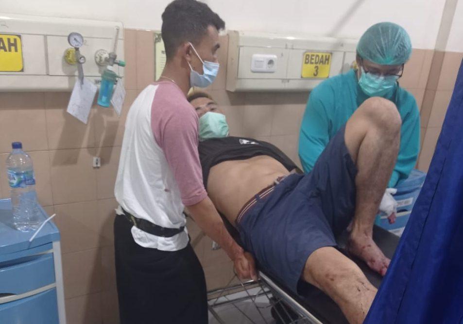 POS BALI/IST KORBAN penebasan, Wayan Darta (39) saat mendapat penanganan medis di RSU Bangli. Foto: ist